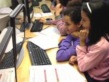 Nenes participant en una activitat de Code Club Catalunya