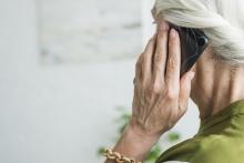Dona gran amb telèfon mòbil
