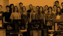 Un grup de joves amb ordinadors