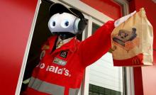 Robot servint menjar