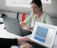 Dona treballant amb ordinador