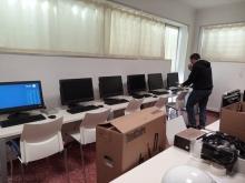 Técnico instalando hardware nuevo durante la prueba piloto