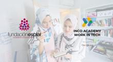 dos chicas musulmanas mirando una libreta con los logos de fundación esplai e INCO Academy superpuestos