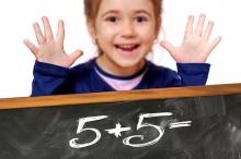 Una nena aprenent a sumar 5+5
