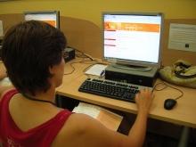 Noia fent la prova d'ACTIC al Punt TIC de Tremp