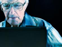 Un home fent servir l'ordinador. Foto de Olgalis   Dreamstime
