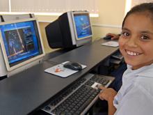 Infant davant l'ordinador. Imatge de les bases del Premi Educared 2011
