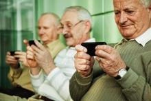 Gent gran i dispositius mòbils. Imatge de http://mobileworldcapital.com