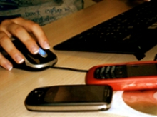 Imatge d'una mà femenina utilitzant un ratolí