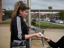 Una de les informadores entregant folletons sobre Masquefa Sense Fils