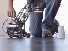 Fotograma del vídeo promocional del MOOC sobre robots i videojocs