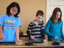 Infants utilitzant iPad a l'aula. Imatge del reportatge d'eldiario.es