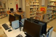 Estacions de treball de la biblioteca Pere Casaldàliga de Balsareny