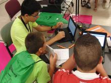 Joves fent servir ordinadors portàtils. Imatge CC de la galeria d'olgaberrios: http://www.flickr.com/photos/ofernandezberrios/