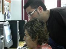 Imatge d'un voluntari i una alumna al punt Òmnia de la Fundació Akwaba, a l'Hospitalet de Llobregat