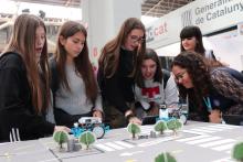 Joves fent una activitat de robòtica a l'estand de Colectic en el YOMO Barcelona 2019