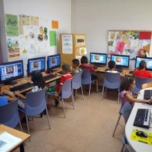 Nens i nenes de l'Òmnia Espronceda realitzen un taller per aprendre jugant la història, cultura i tradicions, art, esports i gastronomia de diferents països del món a través d'Internet