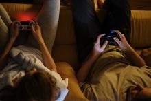Dues persones jugant a videojocs