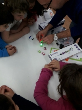 Children working with Little Bits in Òmnia Gornal