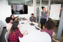 Dones treballant en equip