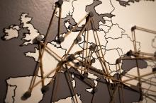 Mapa d'Europa amb fils enllaçats