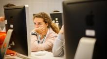 Una jove davant de l'ordinador