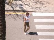 Una noia creuant el carrer i mirant el mòbil. Imatge CC BY-SA 2.0 Skaja Lee a Flickr