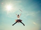 Infant saltant, amb disfressa de papallona. CC0: https://pixabay.com/photo-1845975/