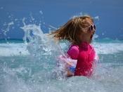 Infant a la platja. Foto de Ben_Kerckx a Pixabay: https://pixabay.com/es/ni%C3%B1o-chica-mar-olas-diversi%C3%B3n-428690/