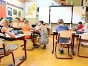 Infants asseguts a l`aula