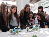 Joves fent una activitat de robòtica a l`estand de Colectic en el YOMO Barcelona 2019