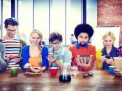 Grup de persones fent servir tabletes i mòbils. Imatge de PortalProgramas
