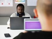 Dues persones treballant davant l`ordinador