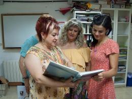 La Gisela F. ensenyant els àlbums a usuàries i a la Dulce Sorolla (dreta), al Punt Òmnia de la Fundació ADSIS. Font: Xarxa Òmnia