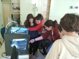 Lidia Santiago, dinamitzadora de l`Òmnia de Torrelles de Llobregat, treballant amb joves en la impressora 3D