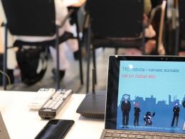 Portàtil amb la presentació de la conferència `TIC, robots i xarxes socials: cal un debat ètic`