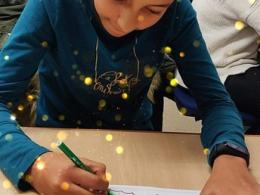 Infants del Punt TIC-Òmnia CPS Francesc Palau dissenyant postals de Nadal