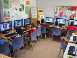 Nens i nenes de l`Òmnia Espronceda realitzen un taller per aprendre jugant la història, cultura i tradicions, art, esports i gastronomia de diferents països del món a través d`Internet