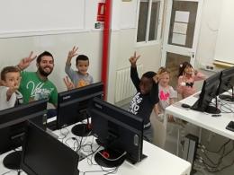 Infants del Casal Infantil Marianao aprenen programació a l`Òmnia de l`entitat