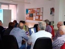 Participants del taller de telèfons intel·ligents, a l`Òmnia de Tortosa