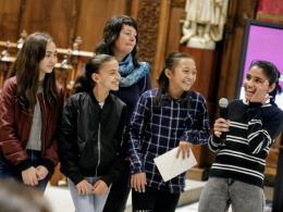 Fotografia d`un grup de noies amb la seva mentora, a l`esdeveniment de l`STEAMConf 2018