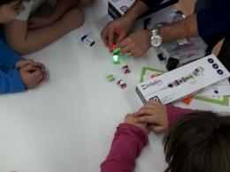 Infants treballant amb Little Bits a l`Òmnia Gornal