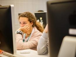 Una jove davant de l`ordinador