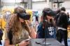 Noies treballant amb eines tecnològiques