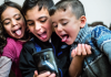"""Infants fent-se una selfie. Imatge de l'informe d'UNICEF """"Los niños y las niñas de la brecha digital en España"""""""