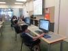 Nens i nenes treballant amb ordinadors