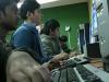 Joves fent servir els ordinadors a l'Òmnia TEB