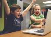 Imatge infants jugant amb un ordinador