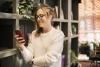 Una dona amb el telèfon mòbil en la mà